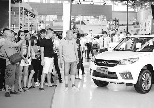 7月6日,观众在西安国际汽车工业展览会上参观。 新华社记者 邵 瑞摄